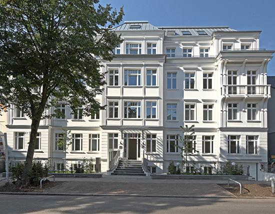 """Bauherr Dr. Georg Winter bezeichnet den innovativen Neubau als """"öko-kaisertreu"""" (Foto: Hustedt Network)"""