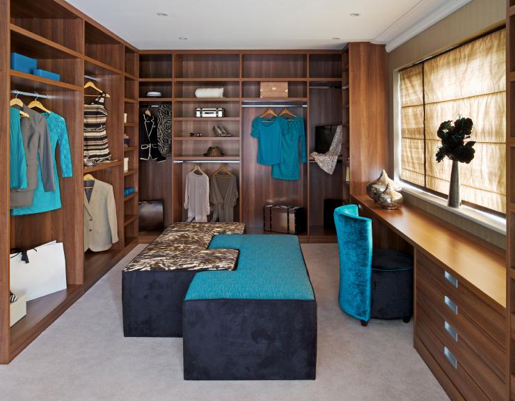 der traum aller frauen ein begehbarer kleiderschrank das eigene haus. Black Bedroom Furniture Sets. Home Design Ideas