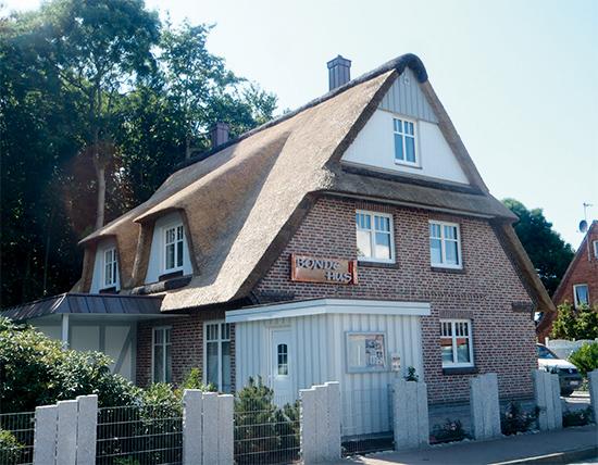 Die Wärme und Geborgenheit eines schönen Reetdaches strahlt auf das gesamte Bauwerk aus (Foto: Ohm)