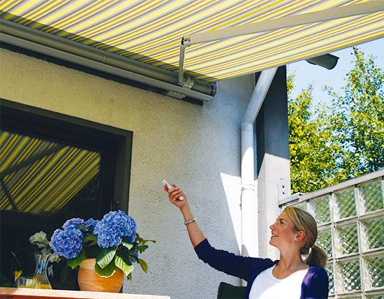 Damit der Garten voll genossen werden kann, darf beim Frühjahrsputz nicht die Markise vergessen werden (Foto: Bundesverband Rollladen + Sonnenschutz e.V.)