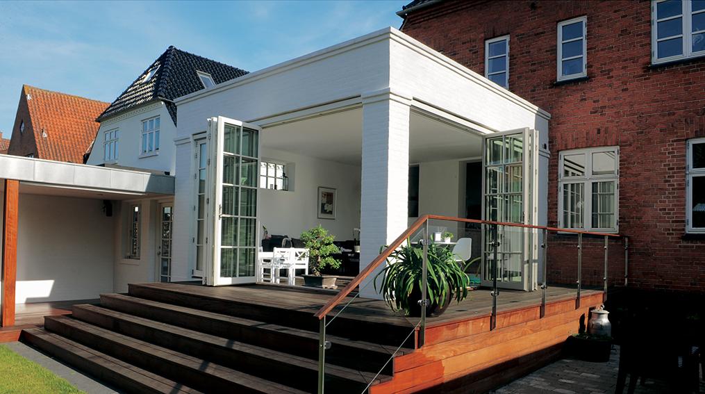 Terrasse Mit Aufgeklappten Türen