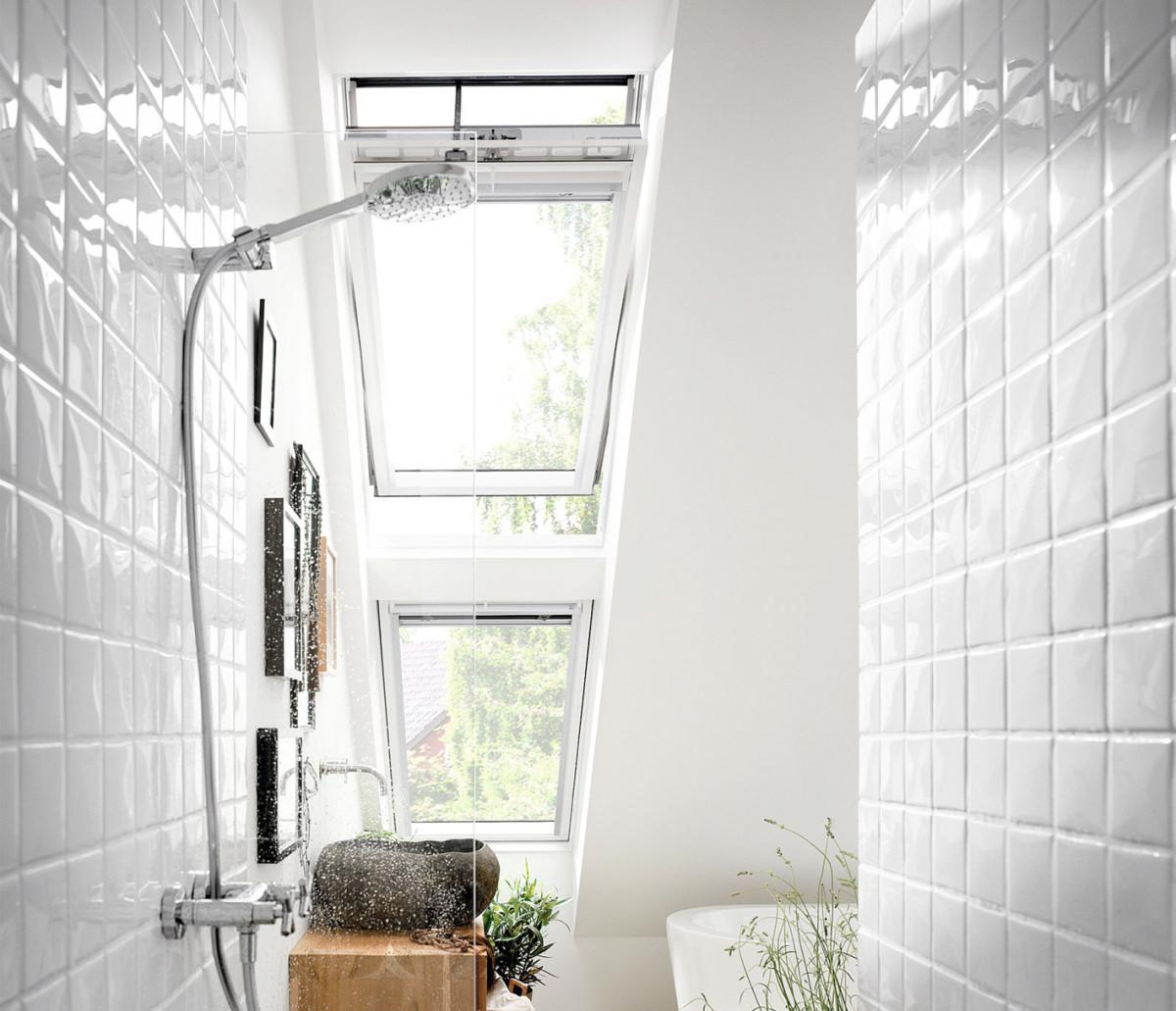 Badezimmer Mit Offenem Velux-Fenster