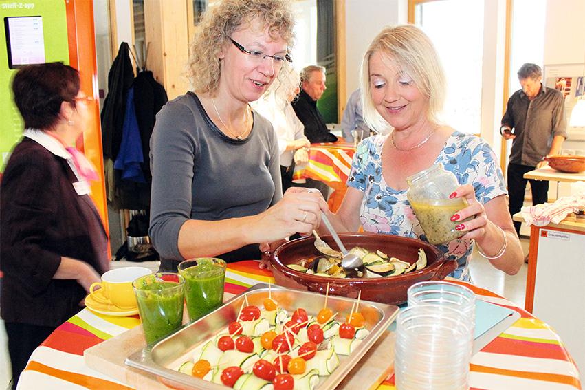 Zwei Frauen Bereiten Essen Vor