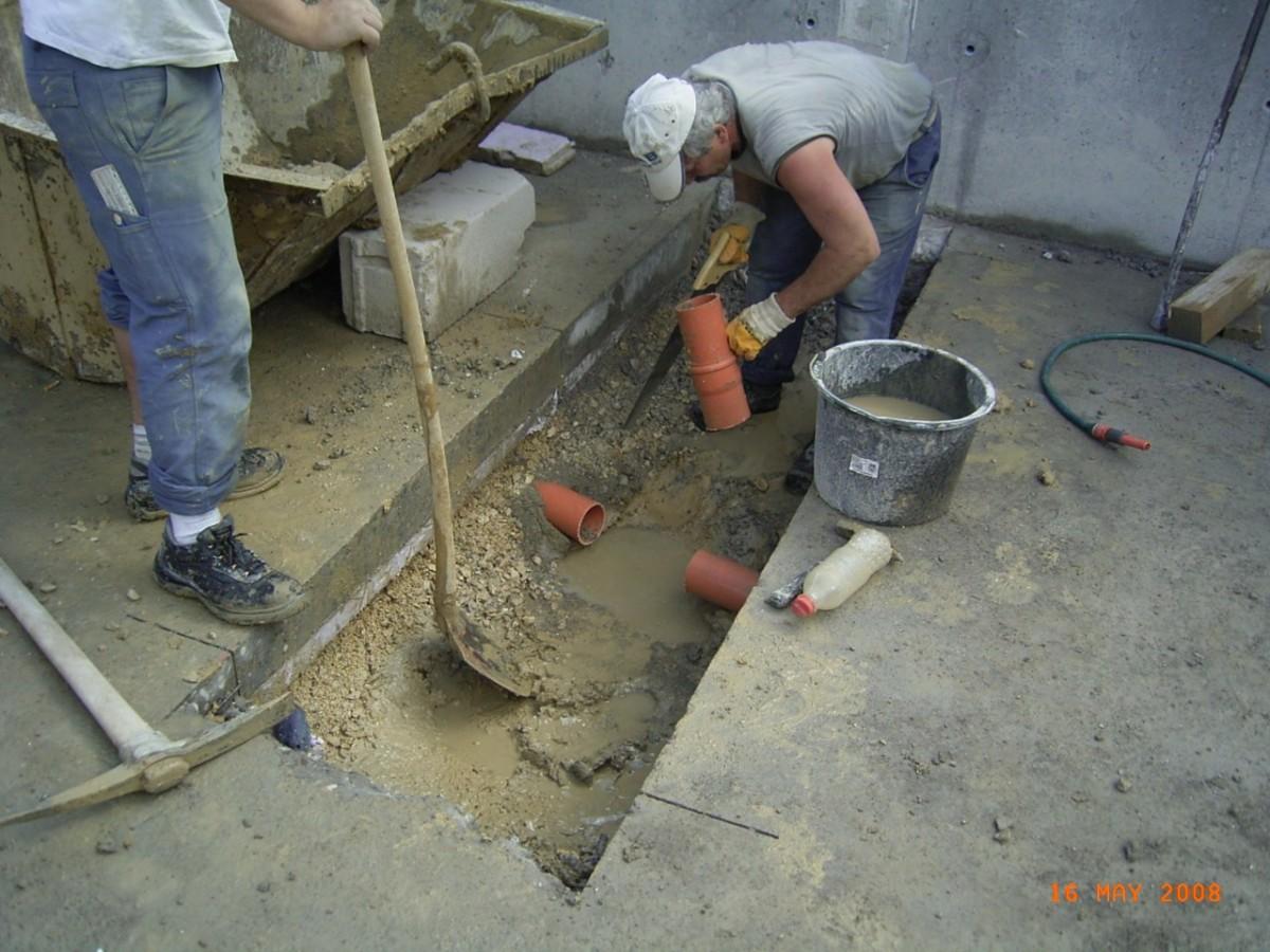Männer, Offener Boden, Rohre