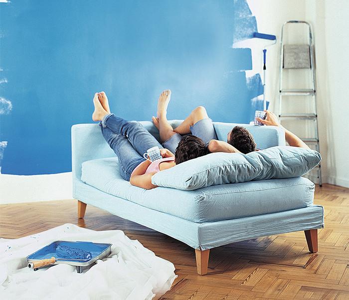 Paar Auf Sofa Am Streichen