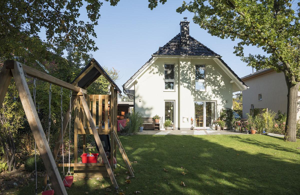 Hausansicht Mit Garten Und Schaukel