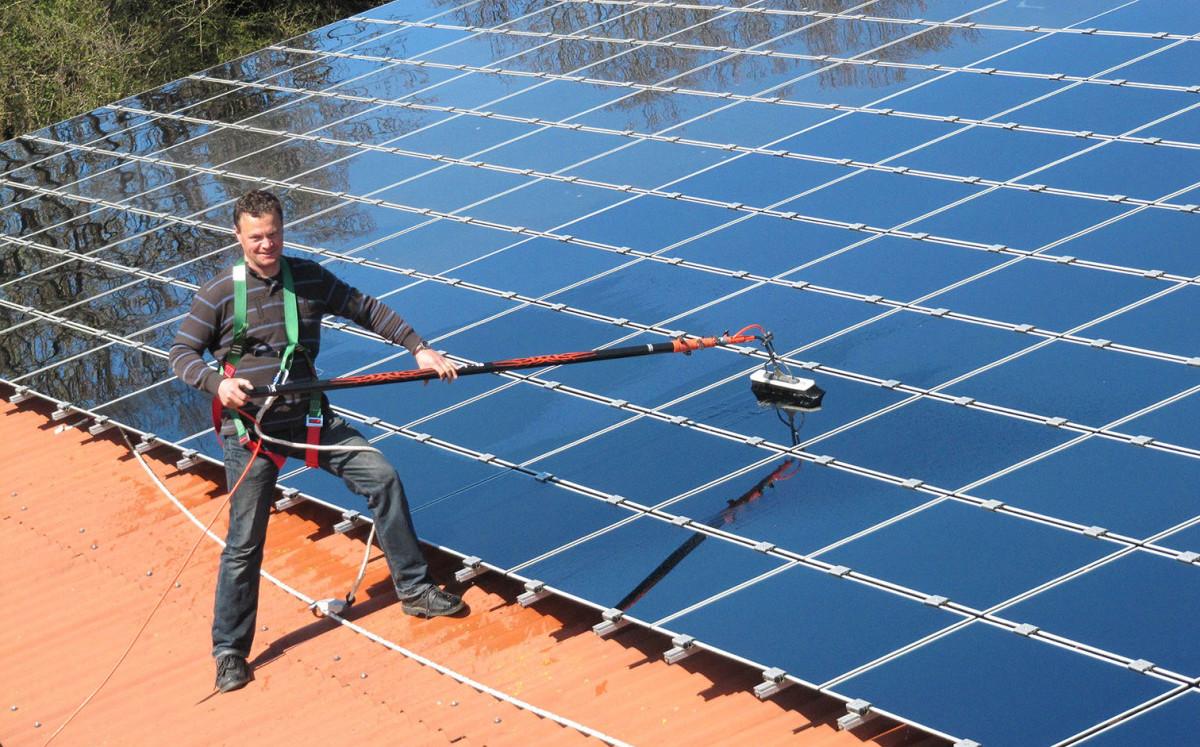 Herr Dührsen Reinigt Solardach