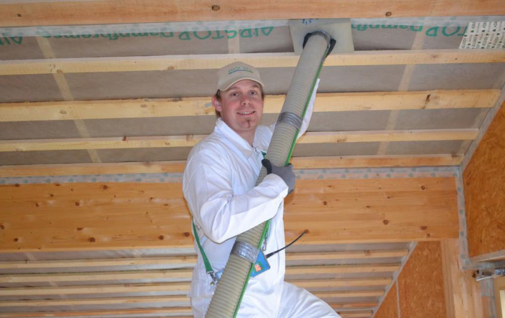 Mann Nimmt Einblasdämmung Im Dach Vor