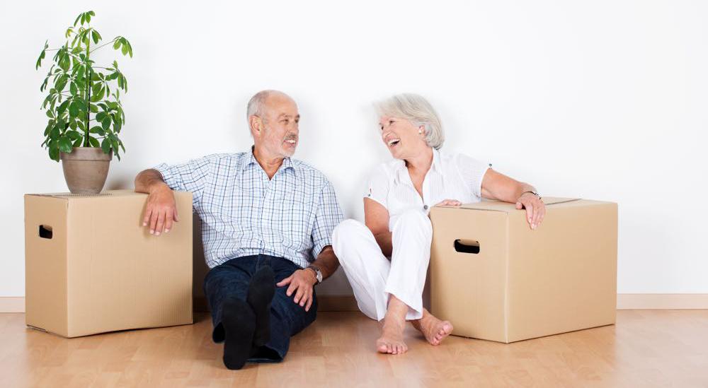 Paar Sitzt Mit Umzugskartons An Der Wand
