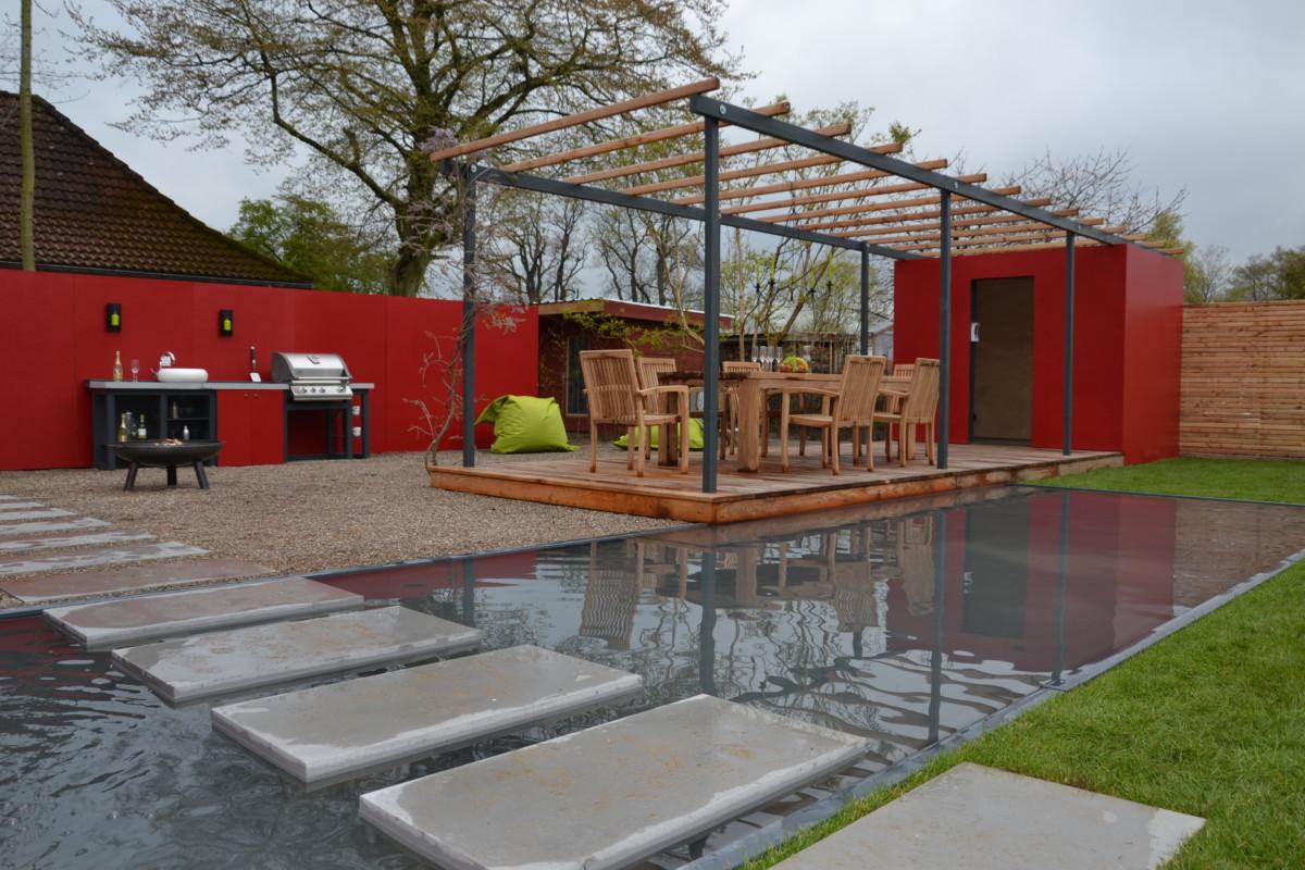 Terrasse Mit Überdachung Und Einem Teich