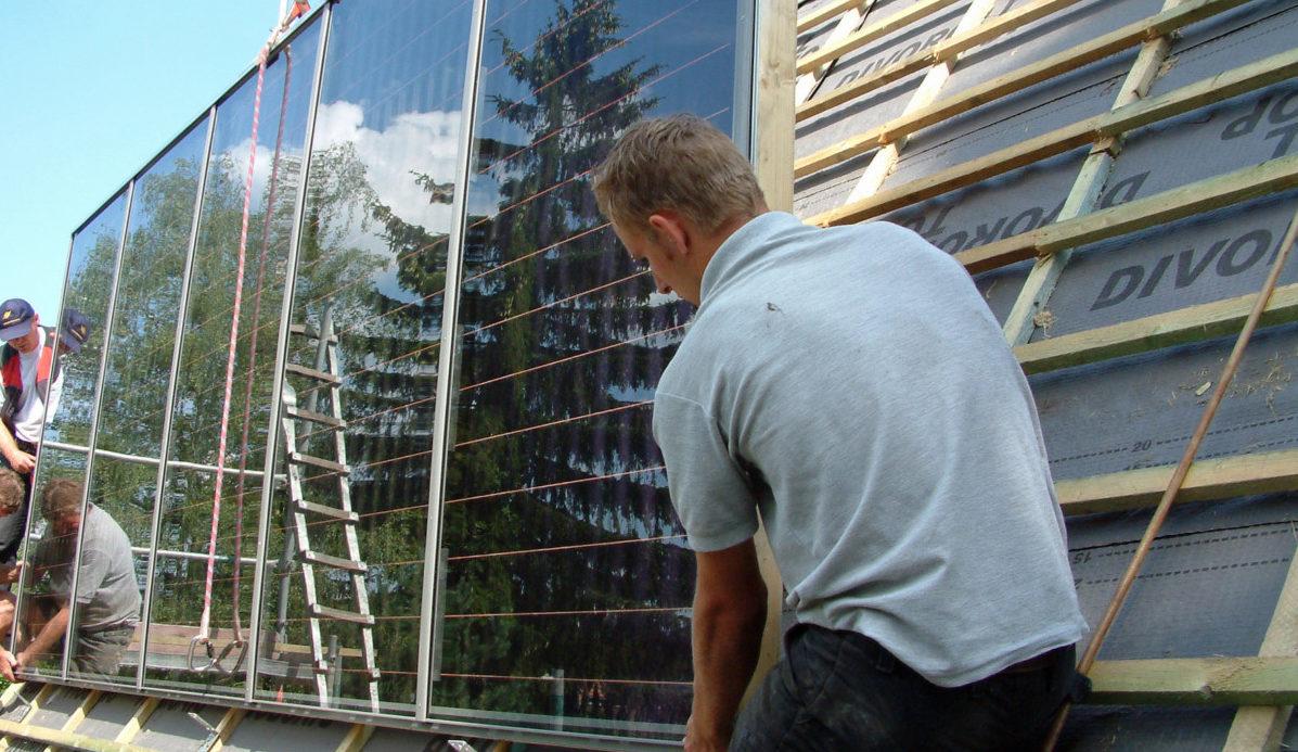 Mann Platziert Solarzelle Auf Dach