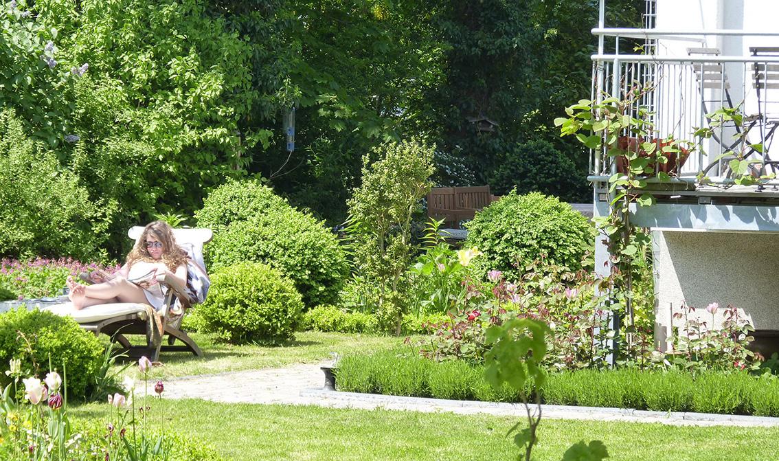 Frau Liegt Auf Liege Im Garten