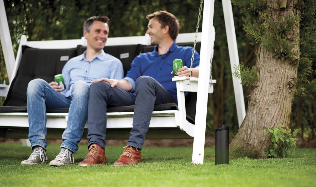 Freunde Sitzen Mit Getränk Im Garten