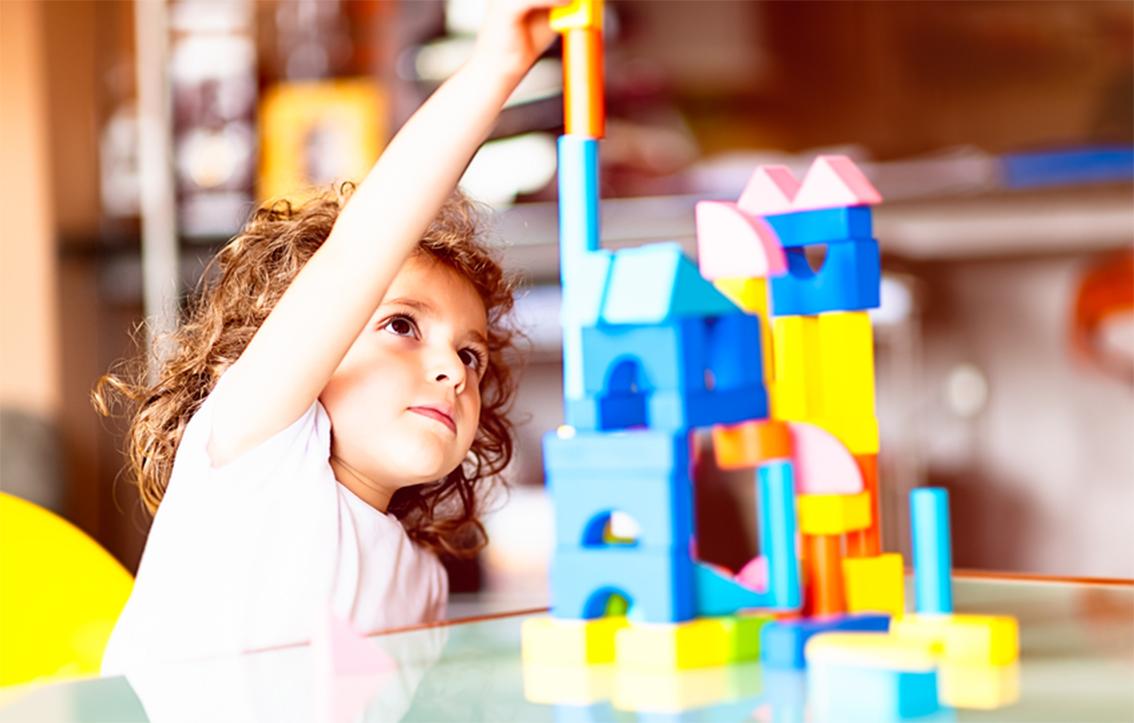 Kleines Mädchen Spielt Mit Bauklötzen