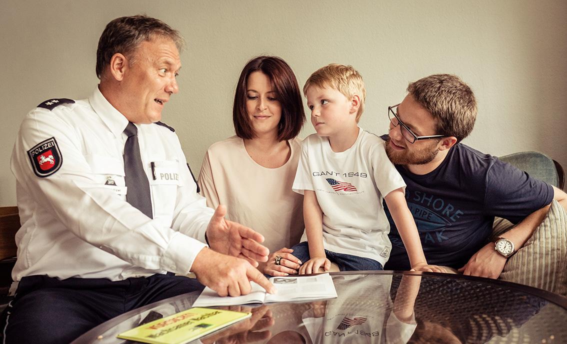 Polizist Erklärt Kleinem Jungen Und Eltern Etwas