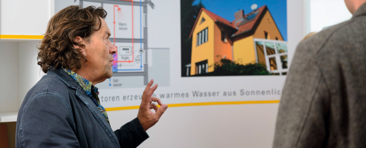 Mann Berät Einem Kunden Solarwärme