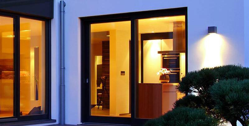 lassen sie k lte und einbrecher drau en das eigene haus. Black Bedroom Furniture Sets. Home Design Ideas